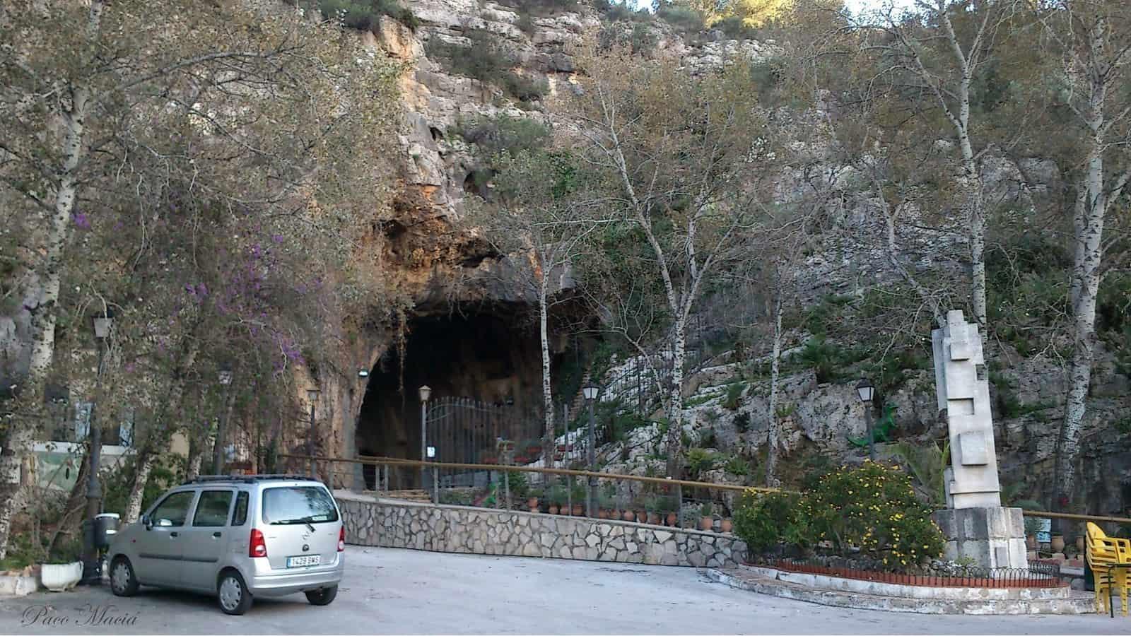 1431007036_Entrada de la cueva de Las Calaveras de Benidoleg