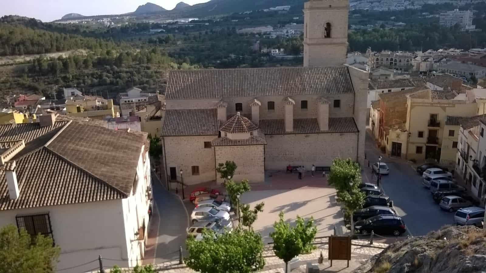 1435238137_17. Plaza de la iglesia de San Pedro de Polop