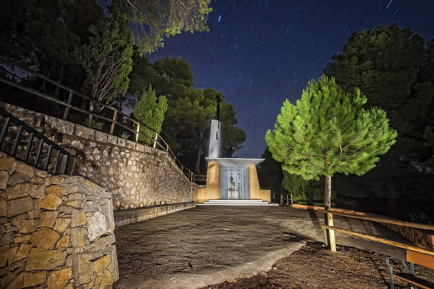 paraje natural de la ermita san pascual entrada a la fuente roja por ibi,nocturna iluminada con linterna calida.