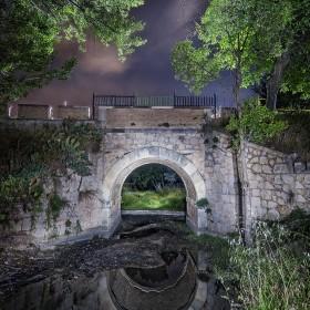nocturna iluminada con linterna calida ultrafire.