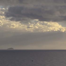 1486376083_isla de Benidorm bajo nubes