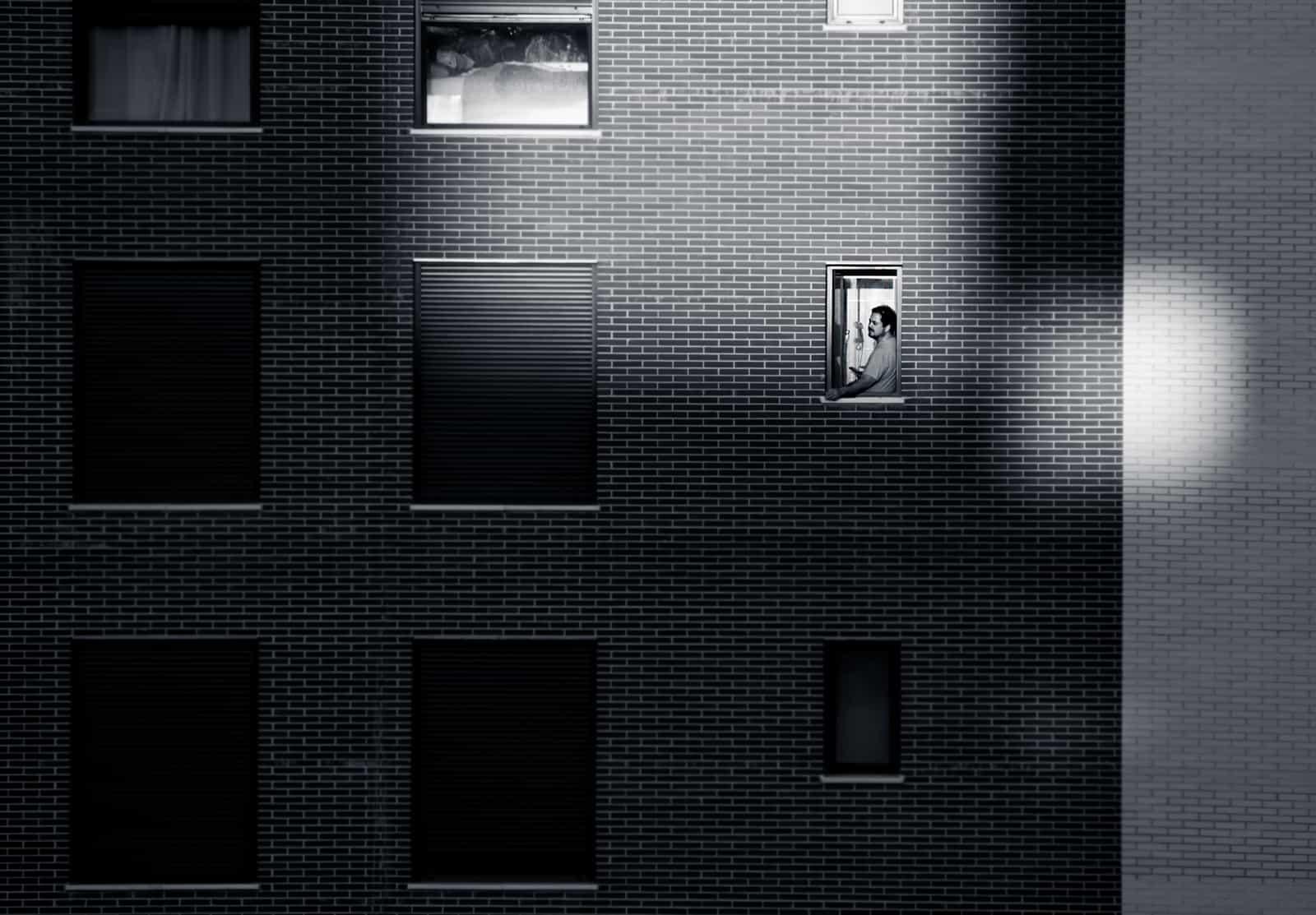 1588705561_hombre en la ventana